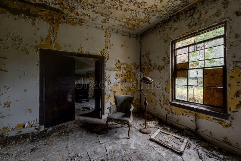 耐心室-被放弃的医院&老人院 免版税库存图片