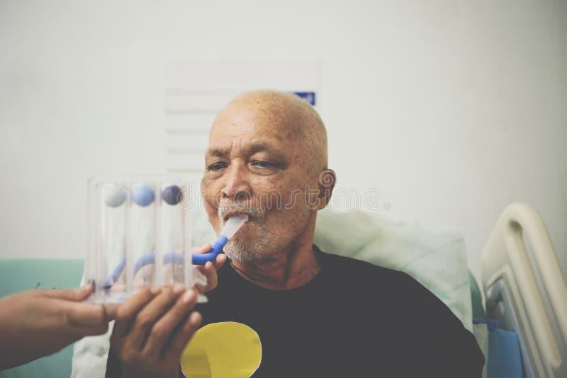 耐心用途刺激性肺量计在医院 免版税库存照片