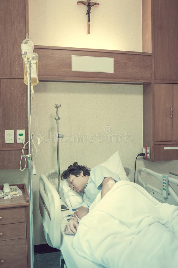 耐心肺传染&在有盐的iv的医院承认 库存图片