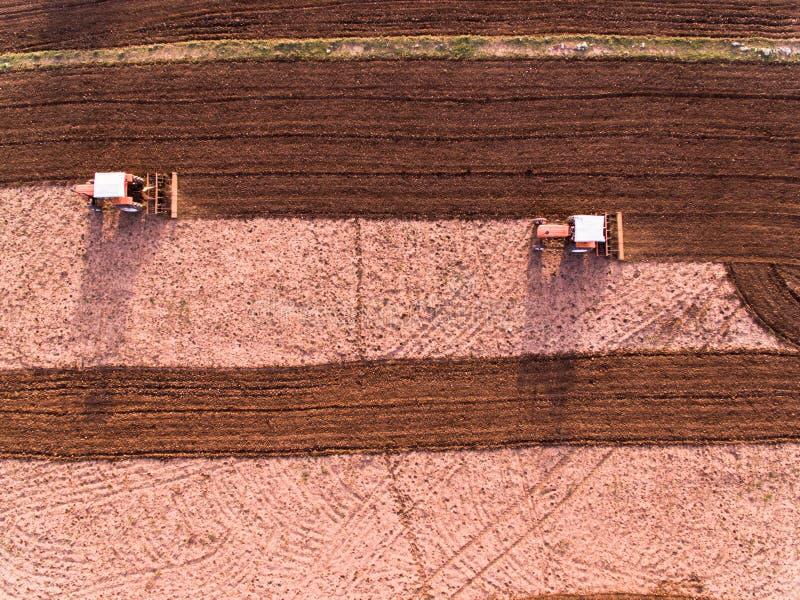 耕农田的拖拉机阿列尔景色 免版税库存照片