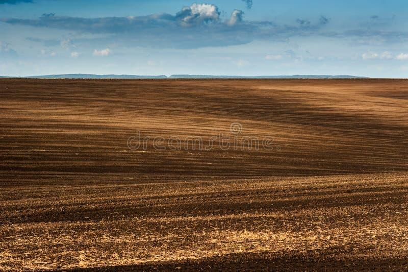 耕地全景在云彩天空的 免版税库存图片
