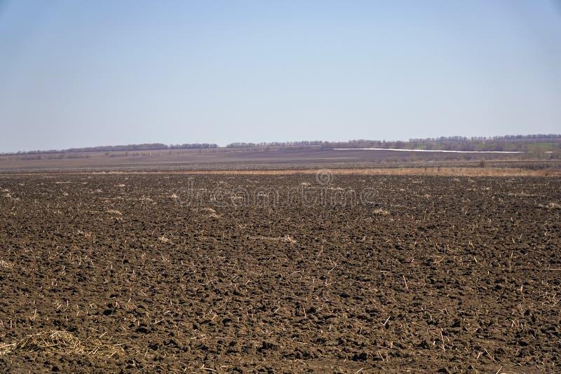 耕地在反对天空蔚蓝的春天 免版税库存图片