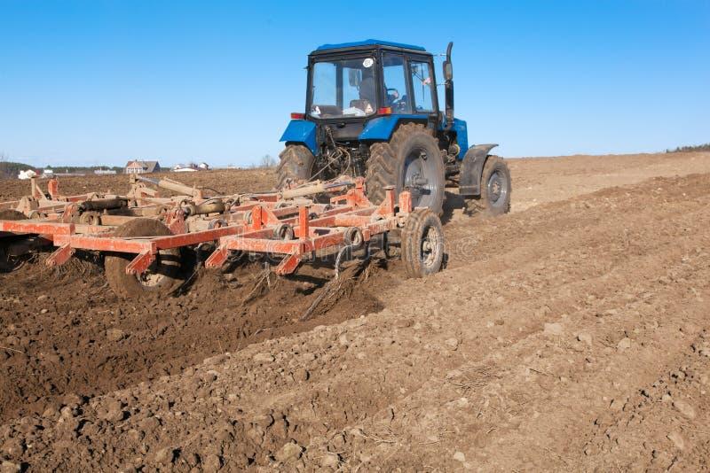 耕种土壤的拖拉机 免版税库存图片