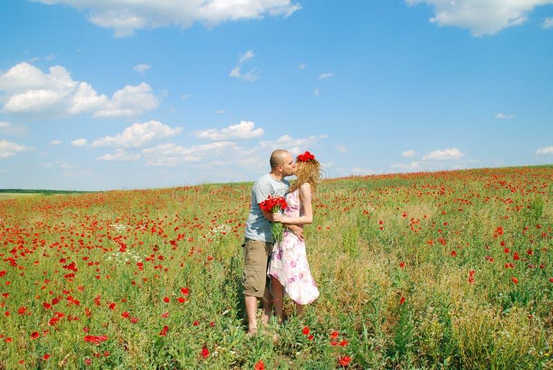 耦合亲吻年轻人 免版税库存图片