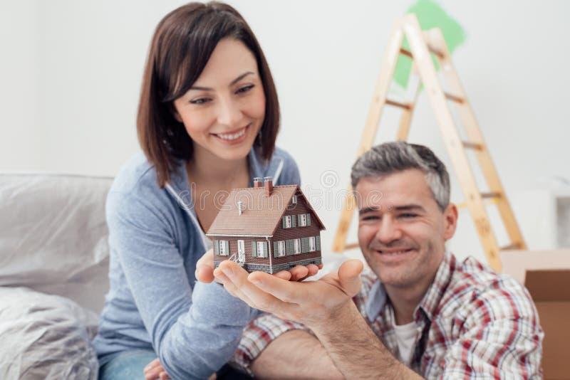耦合修建他们的房子 免版税图库摄影