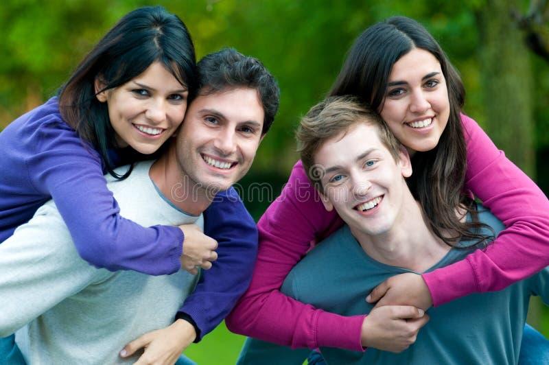 耦合愉快的微笑的年轻人 免版税库存图片