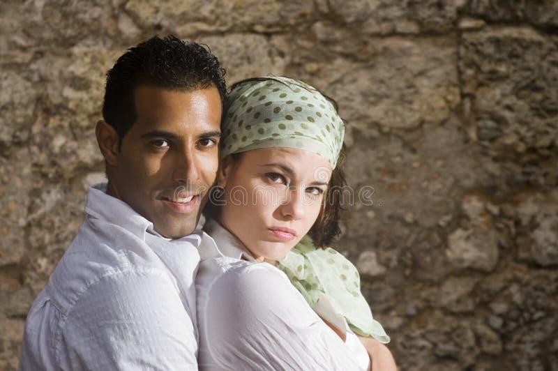 耦合拥抱讲西班牙语的美国人 库存照片