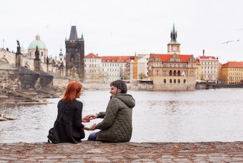 耦合爱年轻人 布拉格,捷克共和国 免版税库存图片