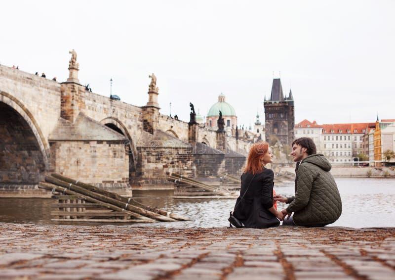 耦合爱年轻人 布拉格,捷克共和国 免版税库存照片