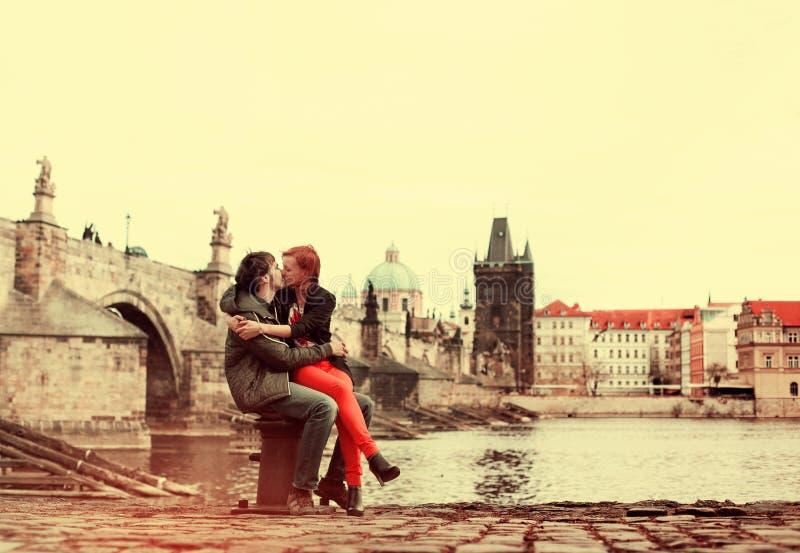 耦合爱年轻人 2009年教会捷克门象征欧洲布拉格共和国 免版税库存图片