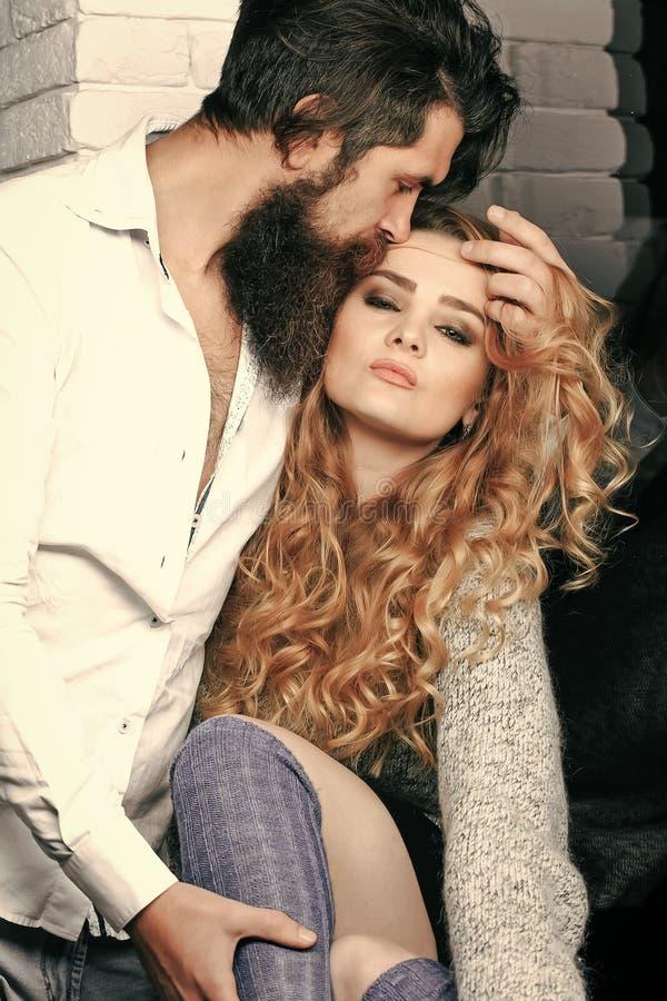 耦合爱 欲望,喜爱,关系,亲热概念 有胡子拥抱妇女的人 库存照片