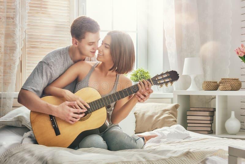 Download 耦合爱 库存图片. 图片 包括有 无忧无虑, 安静, 休闲, 使用, 吉他, 色情, 女朋友, 生活方式 - 72362161