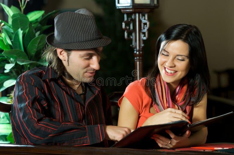 耦合餐馆年轻人 免版税库存图片
