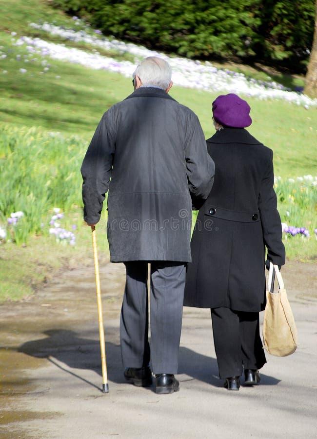 耦合年长的人走 免版税库存照片