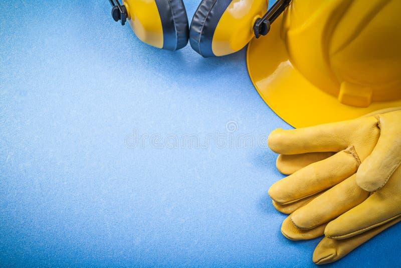耳朵失去修造在蓝色backgrou的皮革安全手套盔甲 免版税库存图片