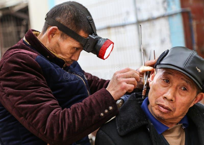 耳朵清洁在古镇,成都,瓷 免版税库存照片
