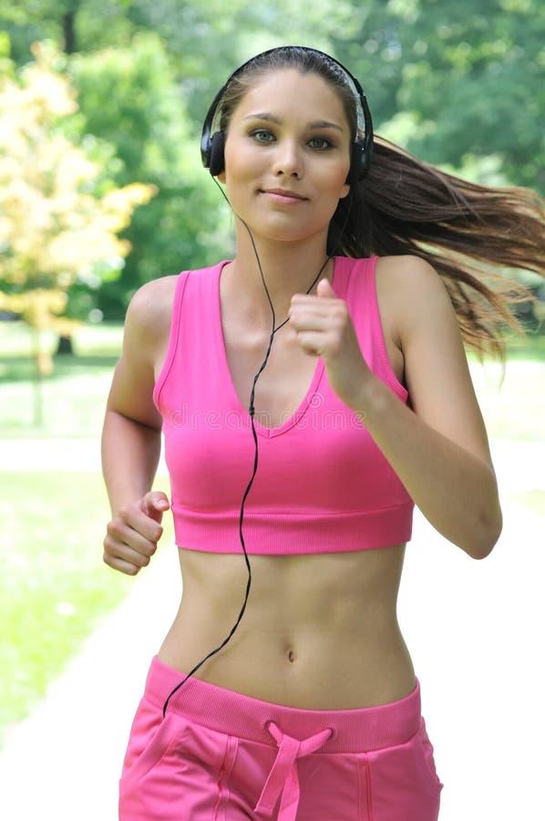 耳机停放连续妇女年轻人 库存图片