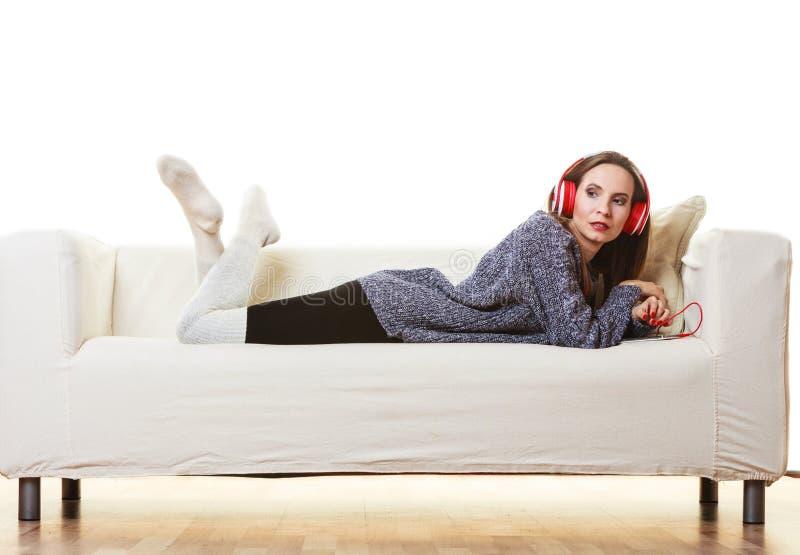 耳机听的音乐妇女 免版税库存照片