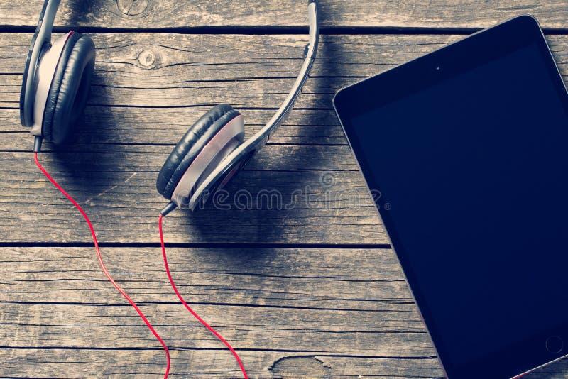 耳机和计算机片剂 免版税图库摄影