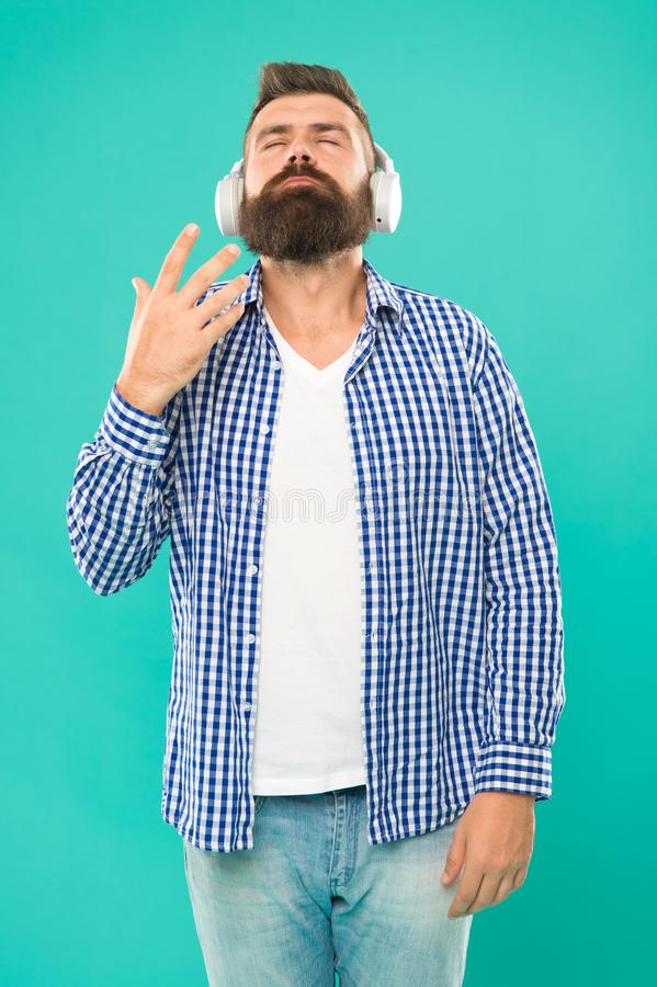 耳机的人 放出我们相信的站点是最熟悉内情和最热的  不同自由网上音乐的来源 免版税库存图片