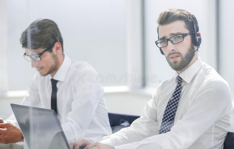 耳机的技术支持经理咨询客户的 库存照片