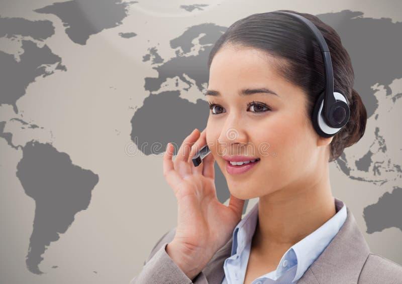 耳机的顾客服务妇女反对地球在背景中 免版税库存照片