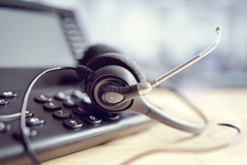 耳机耳机和电话在电话中心 免版税库存照片