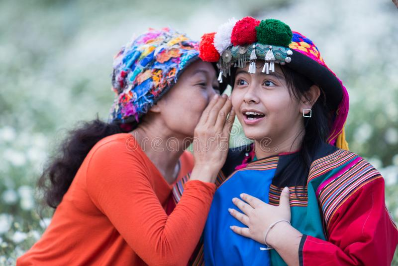 耳语愉快的微笑小山的部落好消息 免版税库存照片