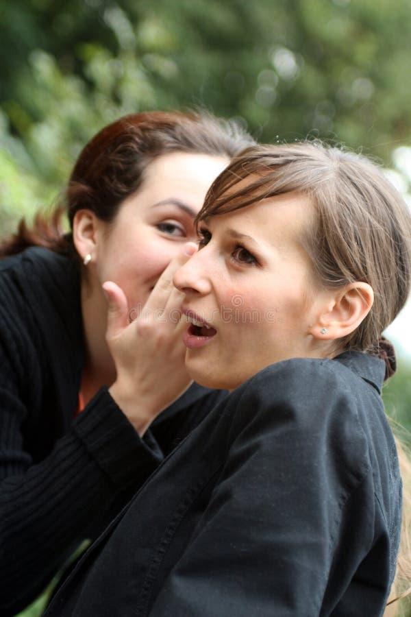 耳语的妇女 免版税库存图片