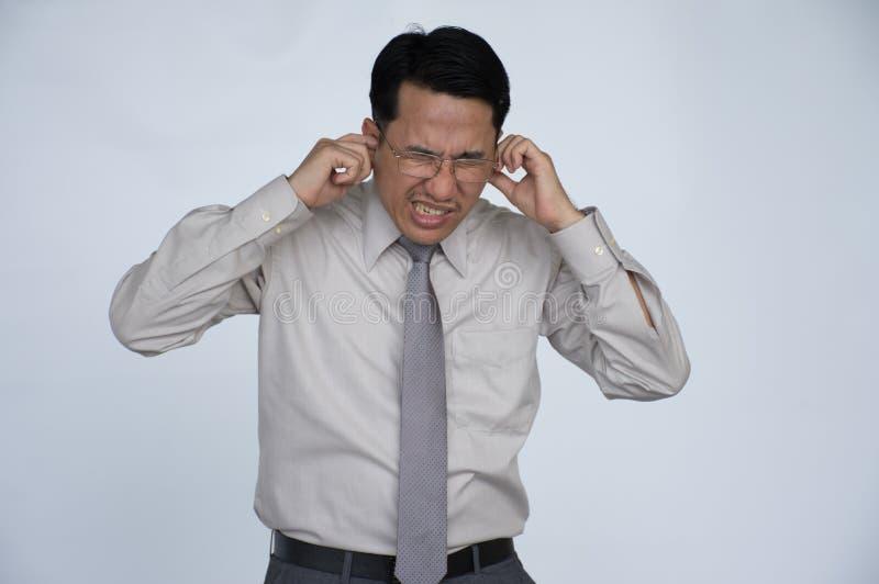 耳鸣 旁边有外形病的男性的特写镜头接触他痛苦的头的耳痛隔绝在白色背景 库存照片