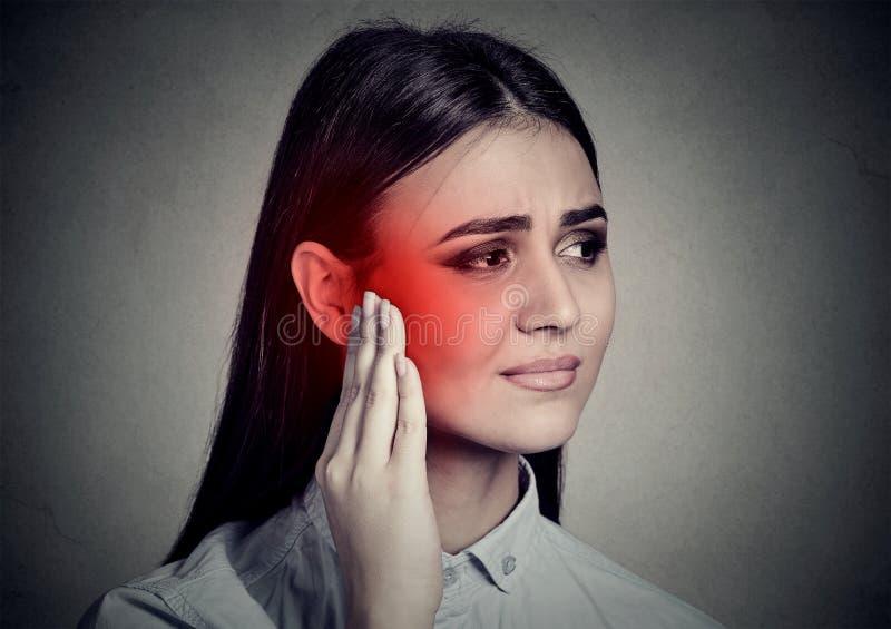 耳鸣 有病的妇女接触她的寺庙的耳痛 库存图片