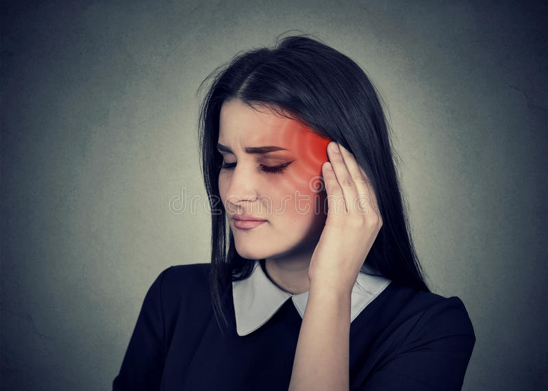 耳鸣 病的妇女安排耳痛被上色在红色头 免版税库存照片
