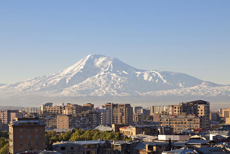 耶烈万,亚美尼亚的首都日出的与背景的亚拉拉特山 库存图片