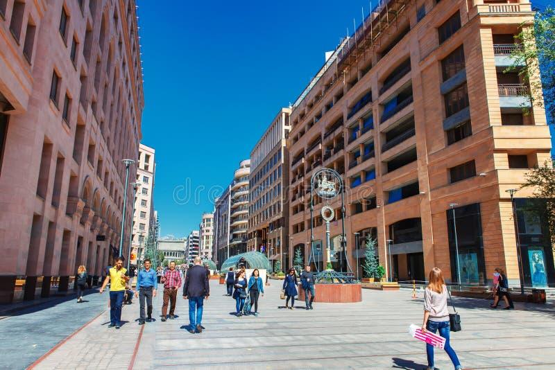 耶烈万,亚美尼亚- 2016年9月26日, :北大道-购物步行者在耶烈万的市中心streen 库存照片