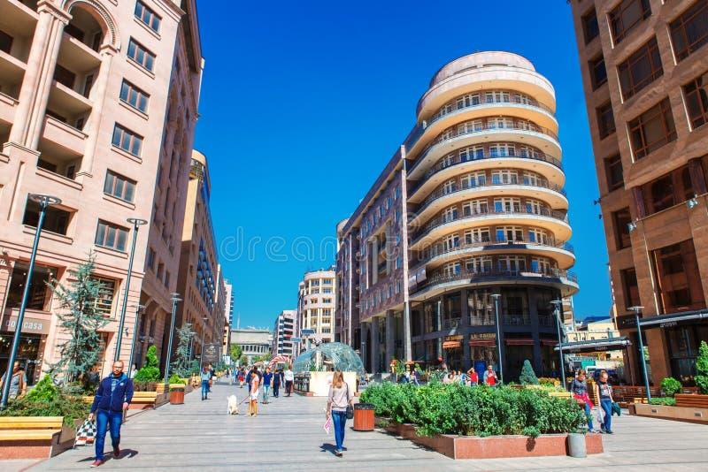 耶烈万,亚美尼亚- 2016年9月26日, :北大道-购物步行者在耶烈万的市中心streen 免版税库存照片