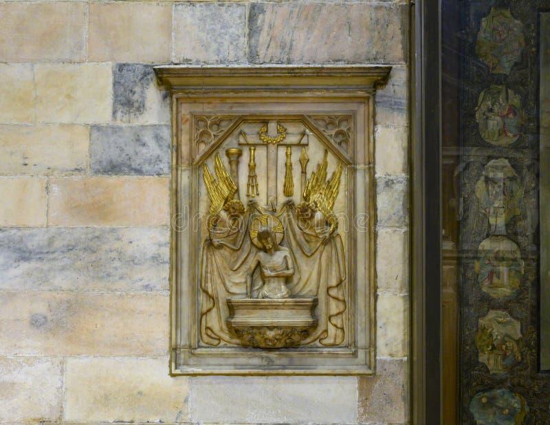 耶稣和天使安心在米兰主教座堂或中央寺院二米兰,米兰,伦巴第,意大利大教堂教会里面  库存图片
