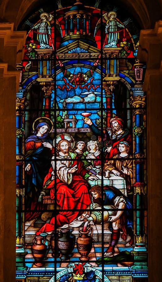 耶稣和玛丽婚礼的在Cana -彩色玻璃 库存图片