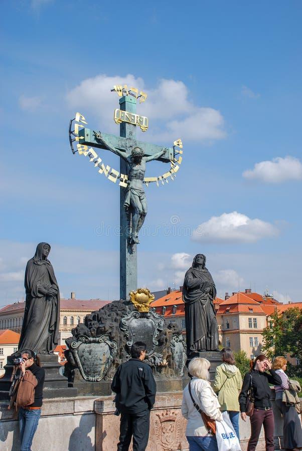耶稣基督在十字架上钉死在查理大桥,布拉格的古铜雕象 图库摄影