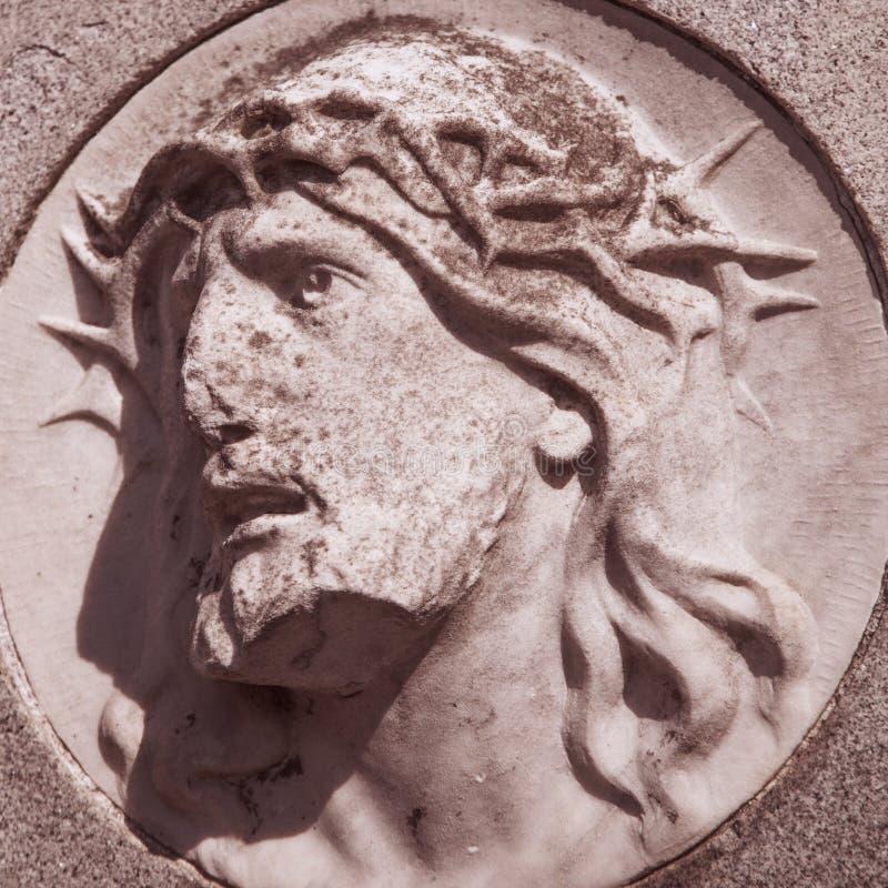 耶稣基督铁海棠的面孔雕象 免版税库存照片