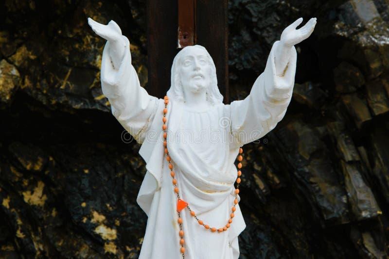 耶稣基督雕象用手被举对天空 免版税库存图片