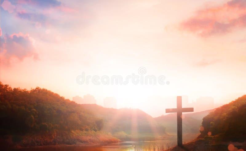 耶稣基督-在日落的十字架在十字架上钉死  图库摄影