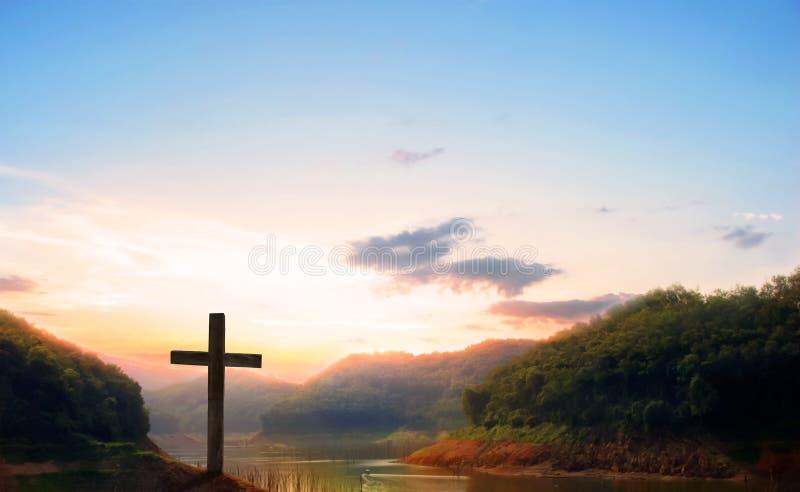 耶稣基督-在日落的十字架在十字架上钉死  库存照片