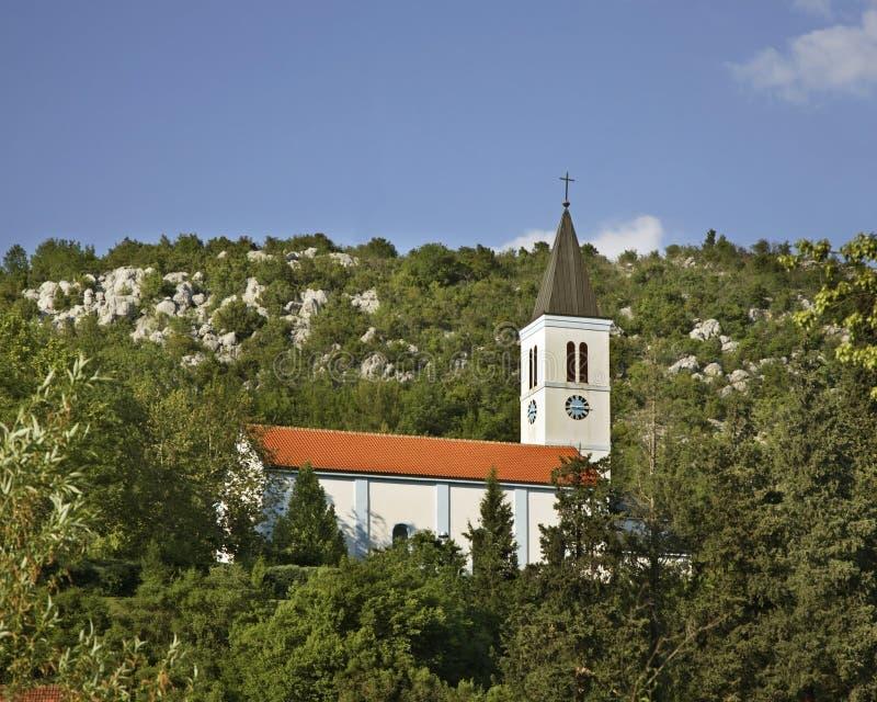 耶稣的耶稣圣心教会在Studenci 达成协议波斯尼亚夹子色的greyed黑塞哥维那包括专业的区区映射路径替补被遮蔽的状态周围的领土对都市植被 免版税库存图片