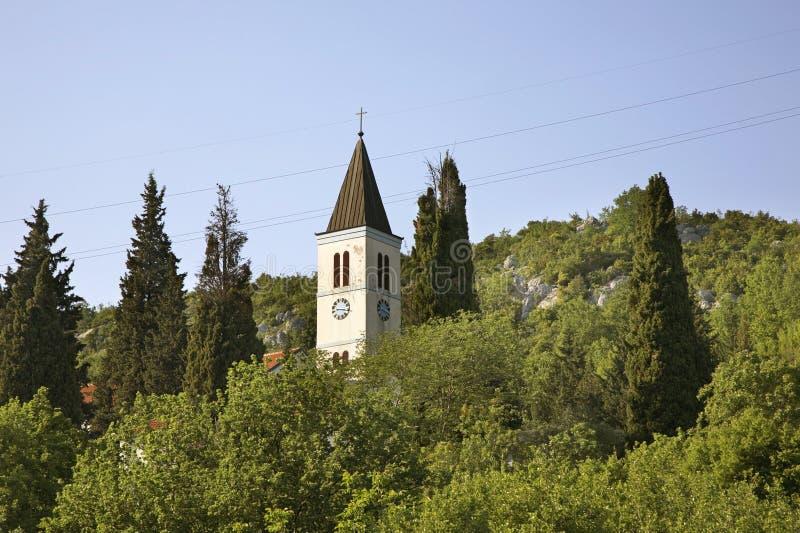 耶稣的耶稣圣心教会在Studenci 达成协议波斯尼亚夹子色的greyed黑塞哥维那包括专业的区区映射路径替补被遮蔽的状态周围的领土对都市植被 库存图片