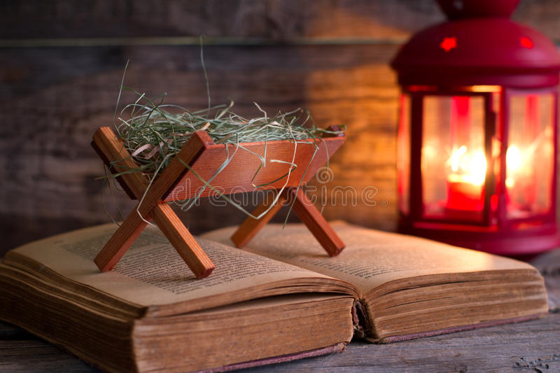耶稣诞生有饲槽的圣经的 免版税库存图片