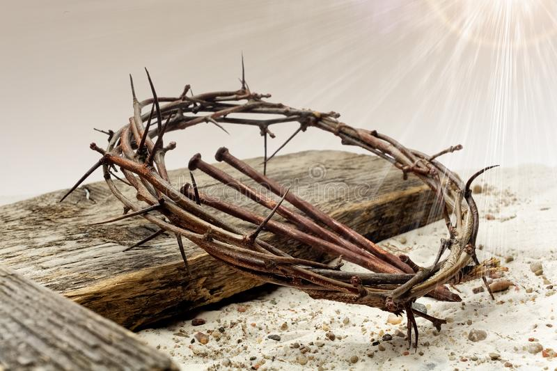 耶稣铁海棠和十字架在沙子 减速火箭的样式葡萄酒 库存照片