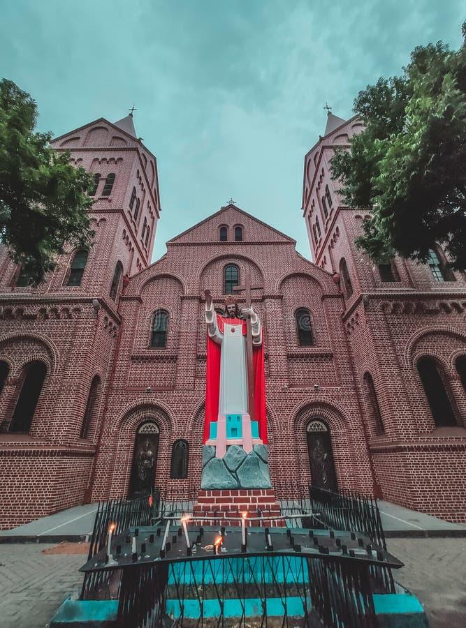 耶稣雕象和教会后面的 库存图片