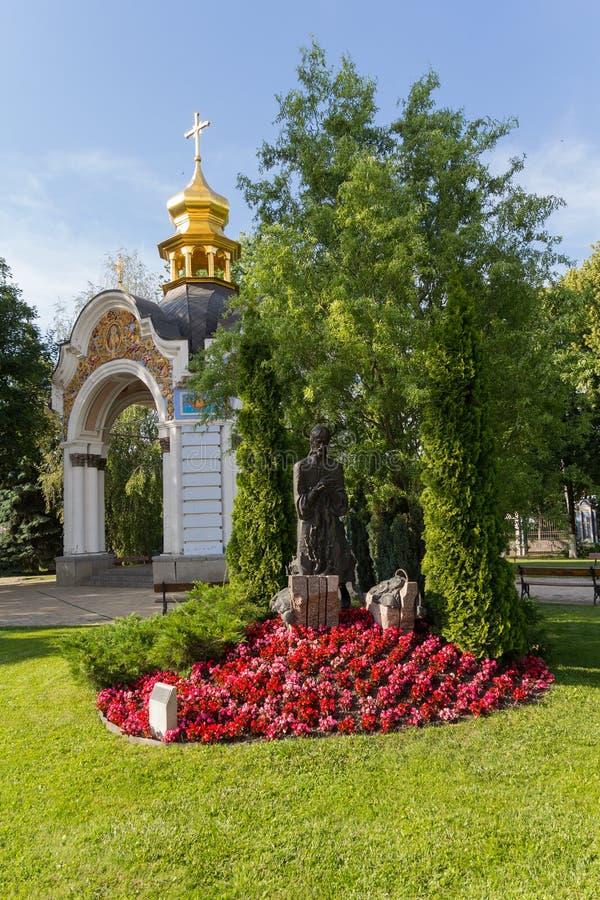 耶稣雕象由花围拢了在Mahaylovsky大教堂的庭院里 ?? 免版税库存图片