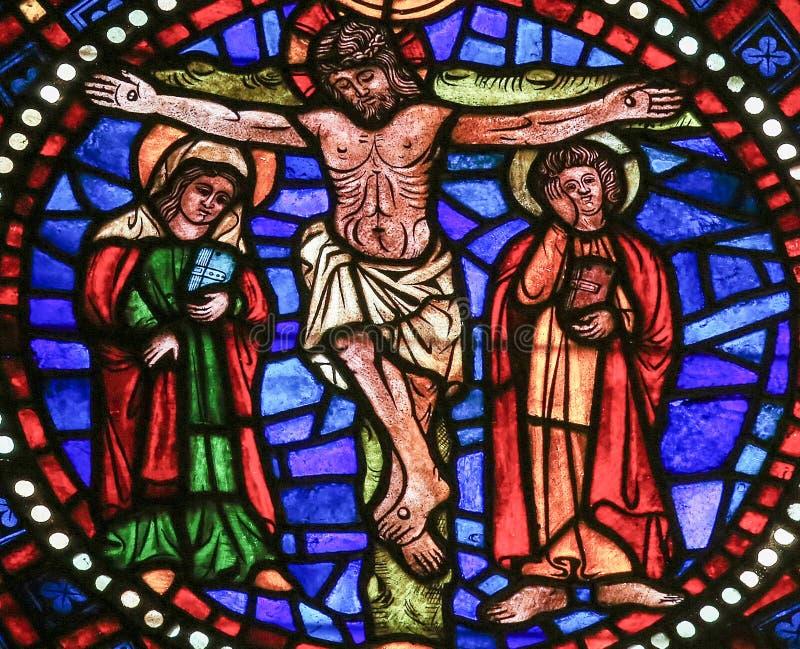 耶稣-彩色玻璃在十字架上钉死  免版税库存图片