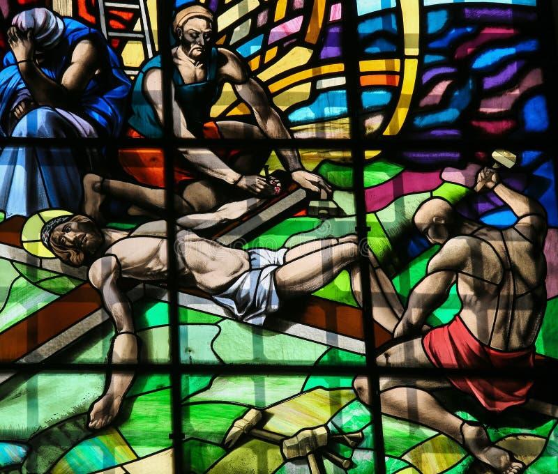 耶稣-彩色玻璃在十字架上钉死在吉马朗伊什 免版税库存照片